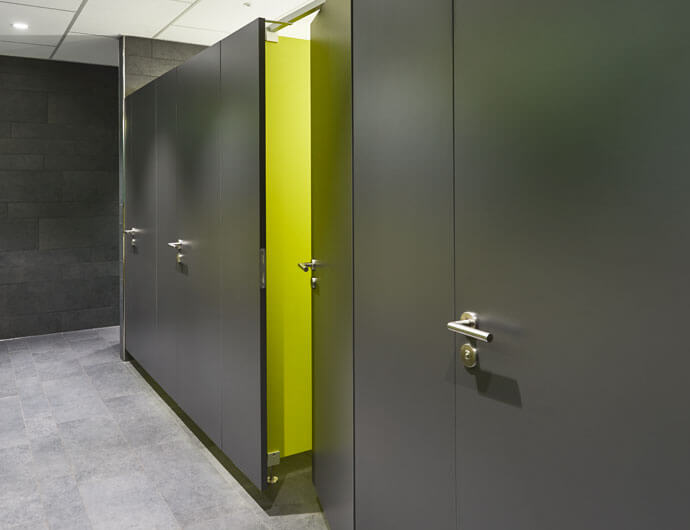 WC partitions that seem to be floating