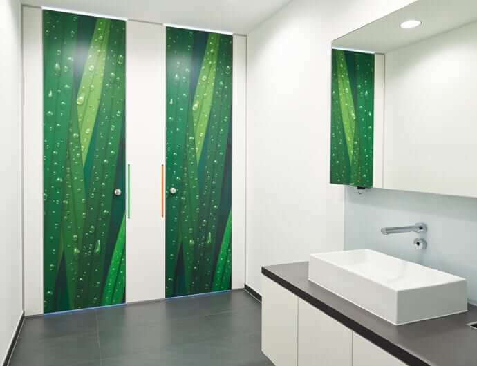 Floor-to-ceiling WC partitions
